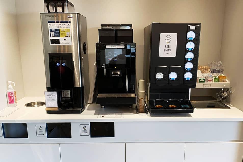 HAKADORU 新宿三丁目店では焙煎士・鈴木雄介氏がブレンドしたオリジナルコーヒーを飲むことができる